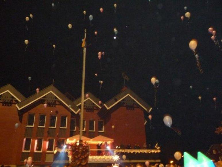 Į dangų kilo balionai ir žiburėliai.