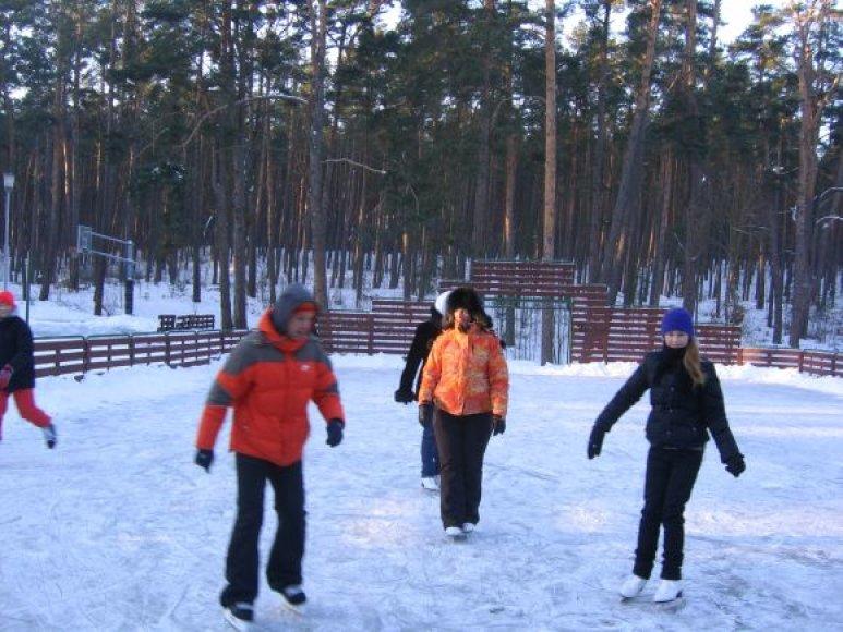 Nidoje čiuožykla įrengta vidurinės mokyklos aikštynų vietoje.