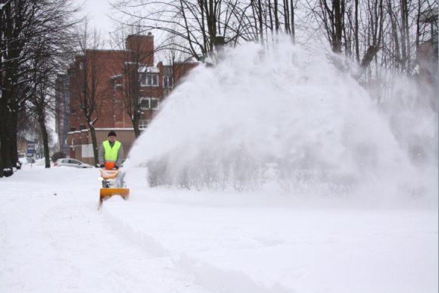 Čia pat esančiame skverelyje su sniegu kovoti padėjo ir technika.