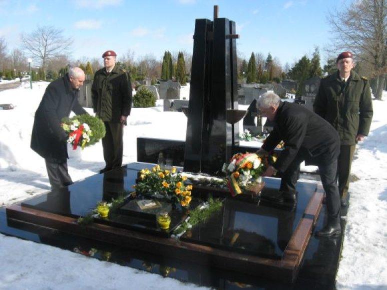 Miesto vadovai ant kapo padėjo gėlių.