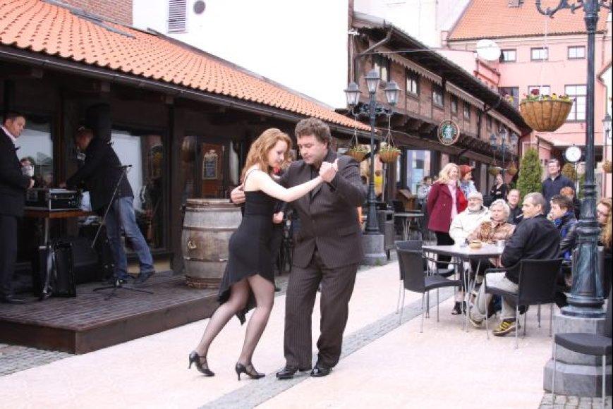 E.Gimenezas pirmiausiai pademonstravo tango šokio žavesį.