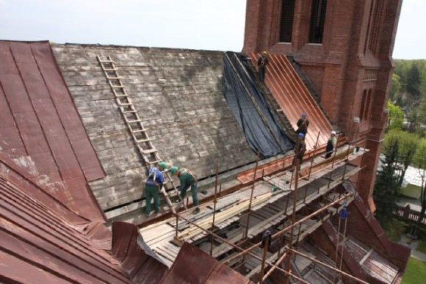 Restauratoriai Palangos bažnyčią puošia nauju stogu.