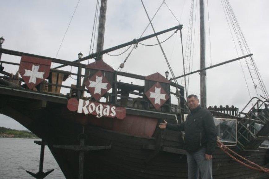 """Laivą """"Kogas"""" R.Kauneckis įsigijo prieš ketverius metus. Juodkrantės simboliu tapusiame laive veikianti kavinė jau laukia poilsiautojų."""