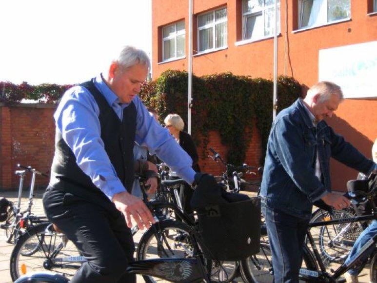 Kartu su dviratininkais dviračių takus apžiūrėjo ir meras V.Grubliauskas.