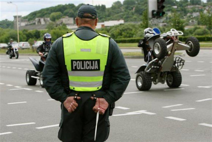 Didžiulį triukšmą skleidžiantys ir pavojų pėstiesiems keliantys keturračiai motociklai perpildė greta Rotušės gyvenančių kauniečių kantrybės taurę.