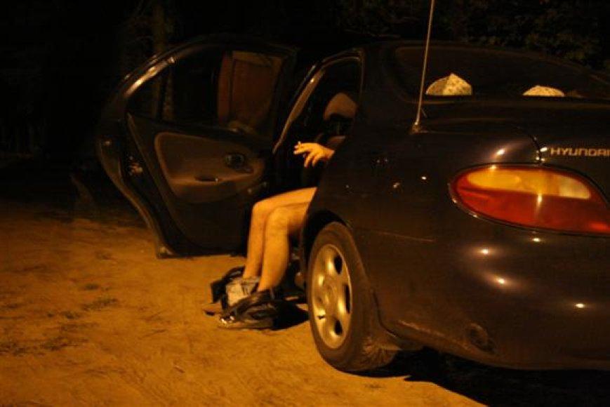 Meilės žaidimais Kleboniškio parke užsiiminėjančioms porelėms įtariamieji pasiūlydavo kelis šimtus litų siekusiais kyšiais išsipirkti savo nuodėmes.