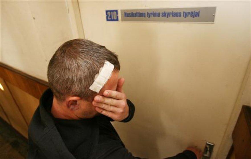 Tik išėję iš Kauno medicinos universiteto klinikų, nukentėję vyrai nuskubėjo į Kauno centro policijos komisariatą, kur dėl šio įvykio pradėtas ikiteisminis.