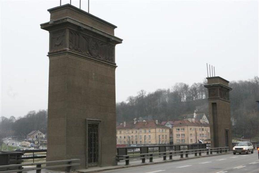Kauno miesto vadovai netikėtai vėl susirūpino ilgus metus ant Aleksoto tilto pilonų esančiomis penkiakampėmis žvaigždėmis ir Lietuvos TSR herbais.