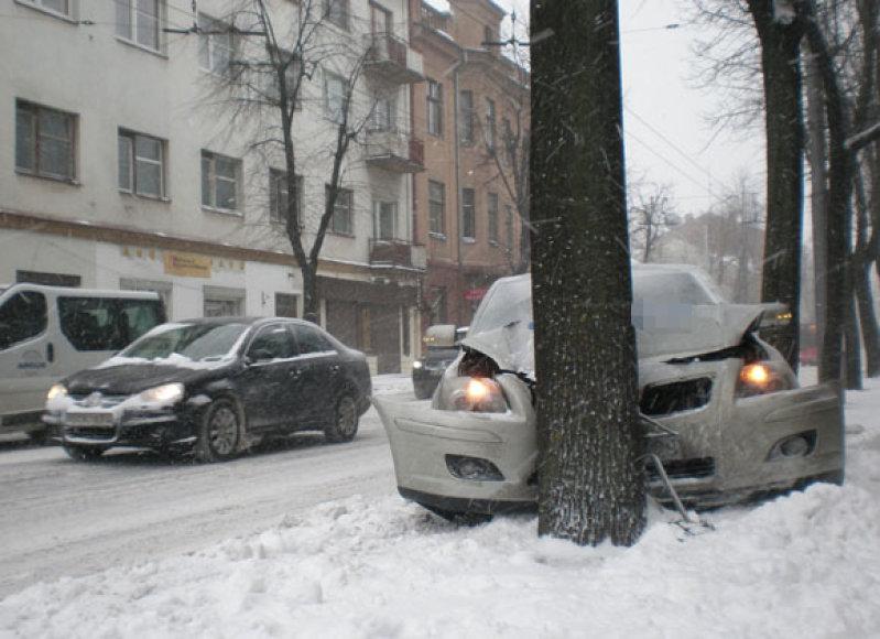 Automobilis Toyota Avensis Kauno centre taranavo medį.