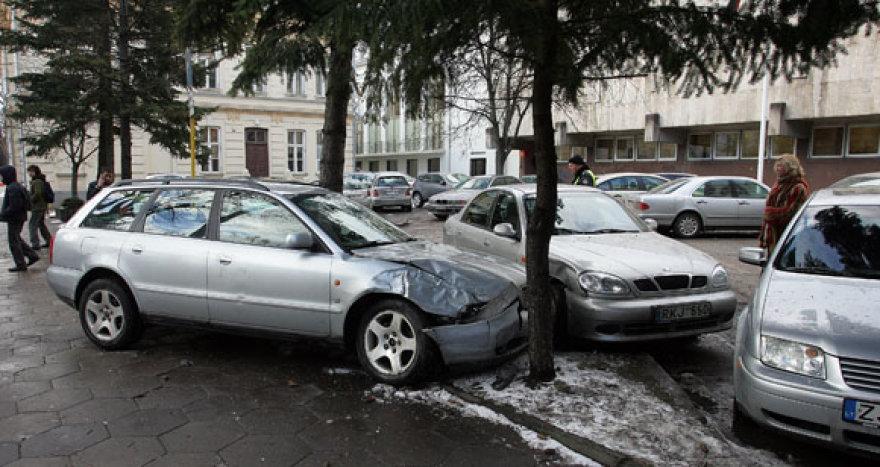 """Avarijos metu labiausiai nukentėjo """"Audi A4"""", kuris iš pradžių buvo taranuotas, o paskui kitus automobilius taranavo ir pats."""