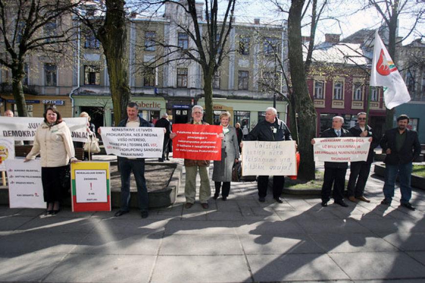 Prie prokuratūros pirmadienį susirinko 10 mitingo dalyvių.