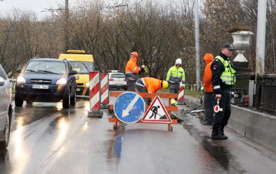Policija ant tilto reguliuoja eismą.