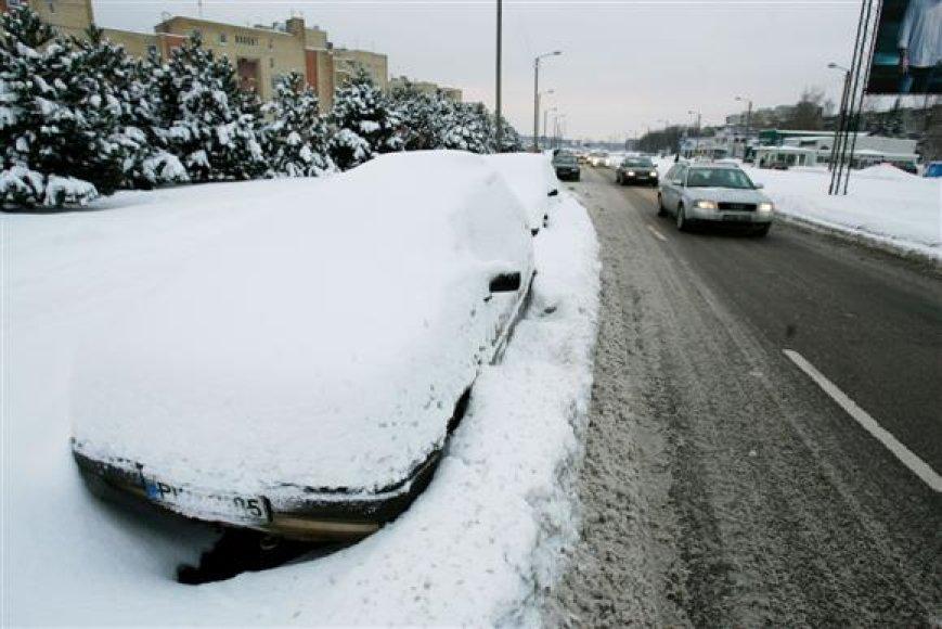 Savo automobilius palikę didžiausių gatvių kraštuose, dalis kauniečių ryte juos rado užverstus sniegu.