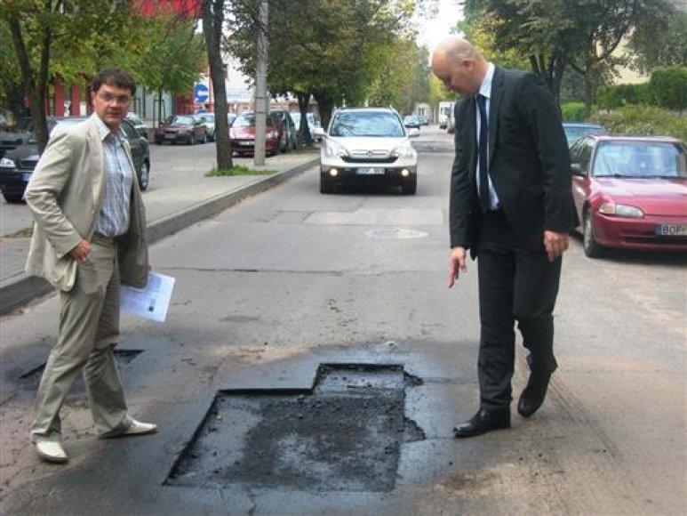 Vicemerui K.Kriščiūnui (dešinėje) užkliuvo Aušros ir Žemaičių gatvėse atliekami gatvių remonto darbai.