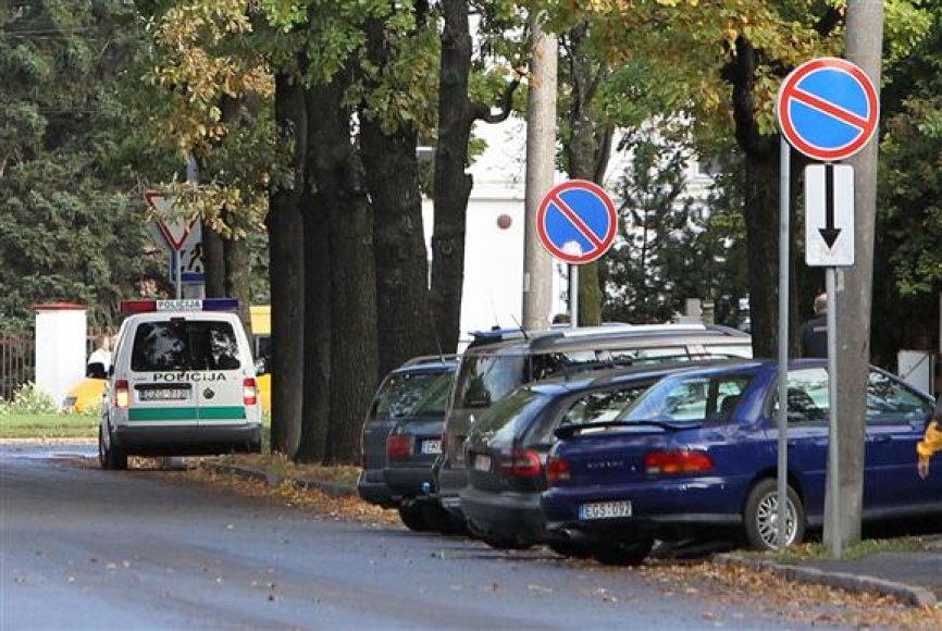 Į Kauno klinikas atvažiavusių žmonių turtą nuo vagių saugo policijos patruliai.