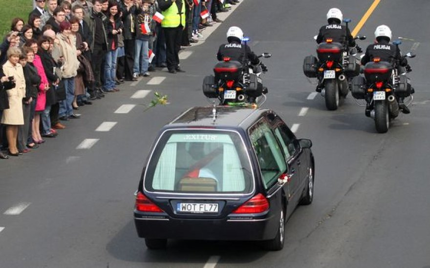 Marios Kaczynskos palaikai buvo parskraidinti antradienį vidurdienį