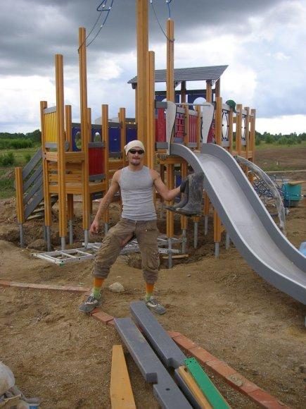 Foto naujienai: Tomas Krivickas - Psichas stato vaikų žaidimo aikšteles