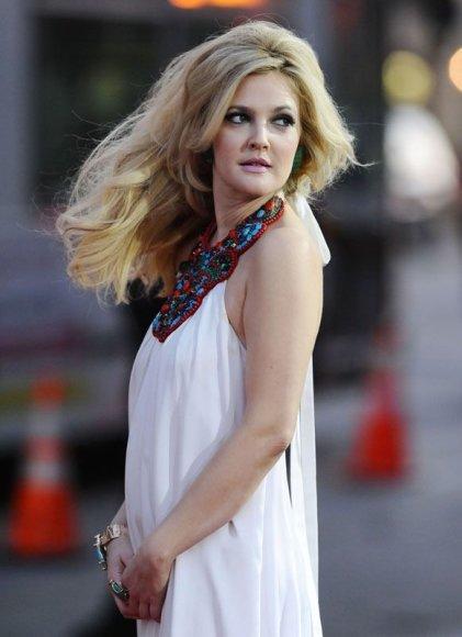 Foto naujienai: Drew Barrymore iššvarina viešbučių spinteles