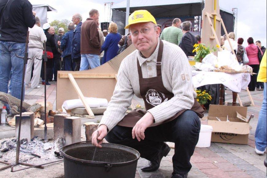 Arūnas Valinskas, kandidatuojantis Šilutėje, nepraleido progos pasirodyti žuvienės virimo čempionate.