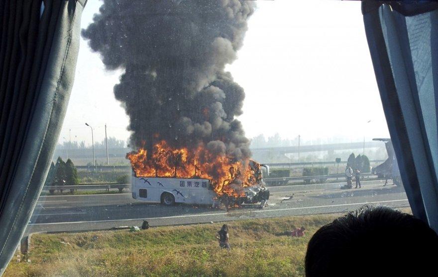 Po susidūrimo autobusas užsidegė.