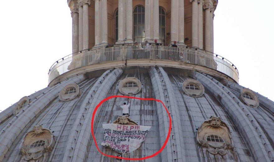 Italas ant bazilikoskupolo surengė protestą.