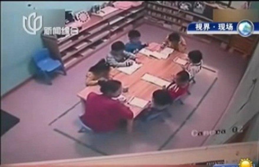 Kinijos darželyja įprasta auklėti smurtu.