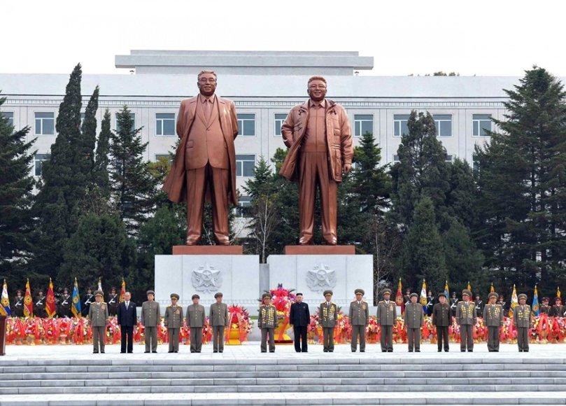 Dviejų buvusių šalies lyderių statulos stovi šalia universiteto.