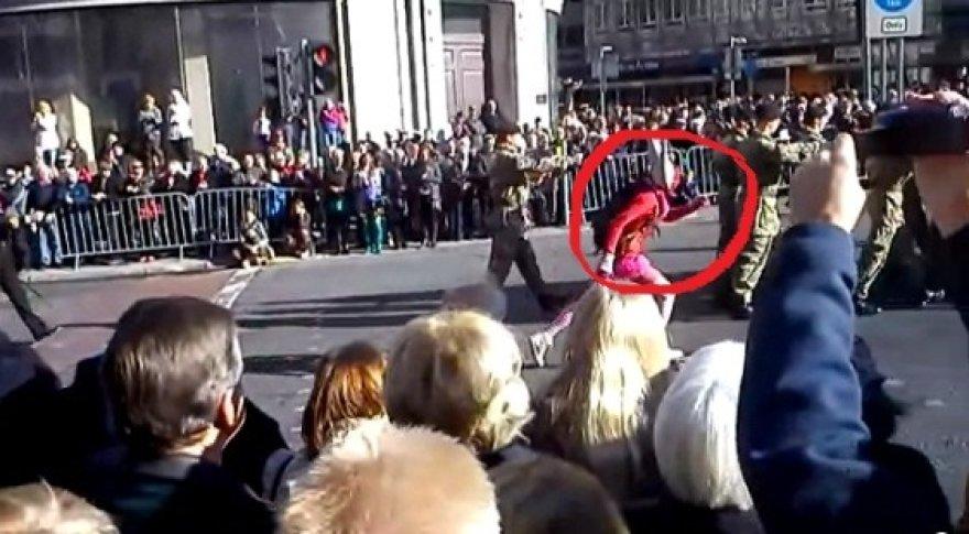 Velniu apsirengęs vyras sutrikdė ceremonijos rimtį.