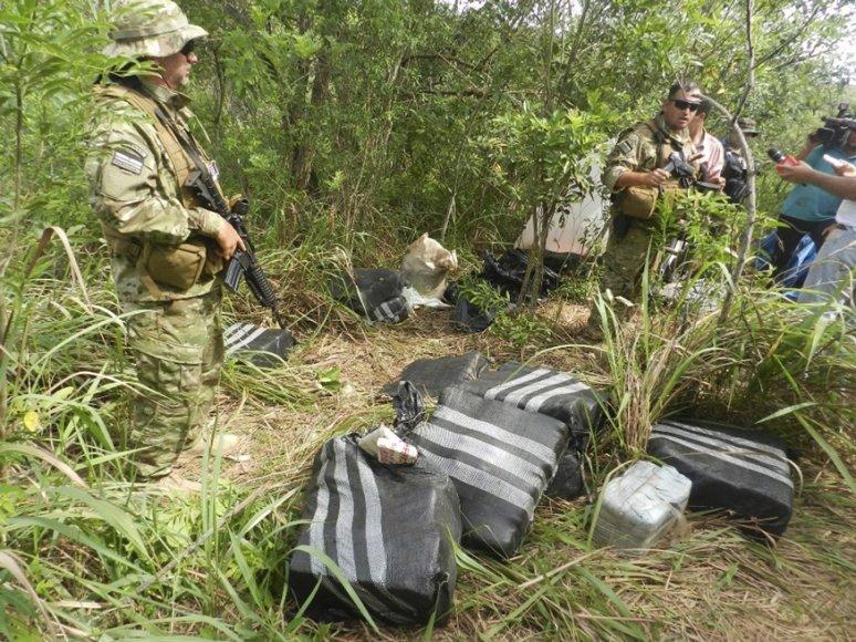 Paragvajaus policija konfiskavo daugybę narkotikų pakuočių.
