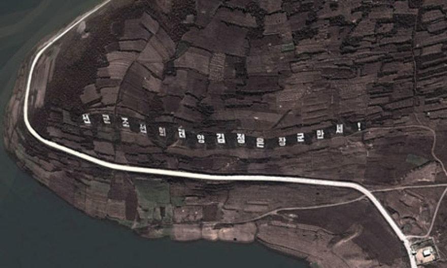 Kim Jong-unui skirtas šūkis matomas net iš kosmoso.