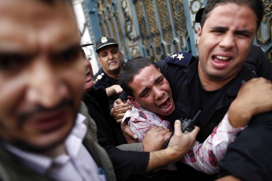 Protestai Egipte virto kruvinais gatvės mūšiais.