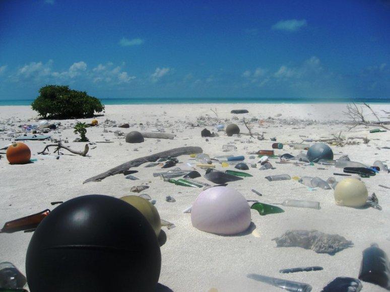 Gausybė plastiko atliekų nusėda jūrose ir vandenynuose, o galiausiai, per maisto grandinę, ir ant mūsų stalo.