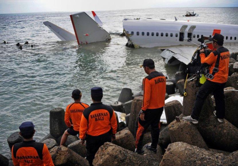 Į vandenį lėktuvas nuslydo šeštadienį. Pirmadienį narai išėmė juodąją dėžę.