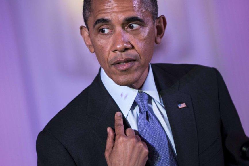 Barackas Obama aiškina, iš kur ant apykaklės atsirado lūpų dažai.