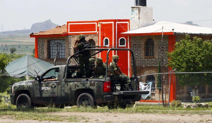 Meksikos kariai patruliuoja aplink kalėjimą, iš kurio penktadienį paleistas narkobaronas.
