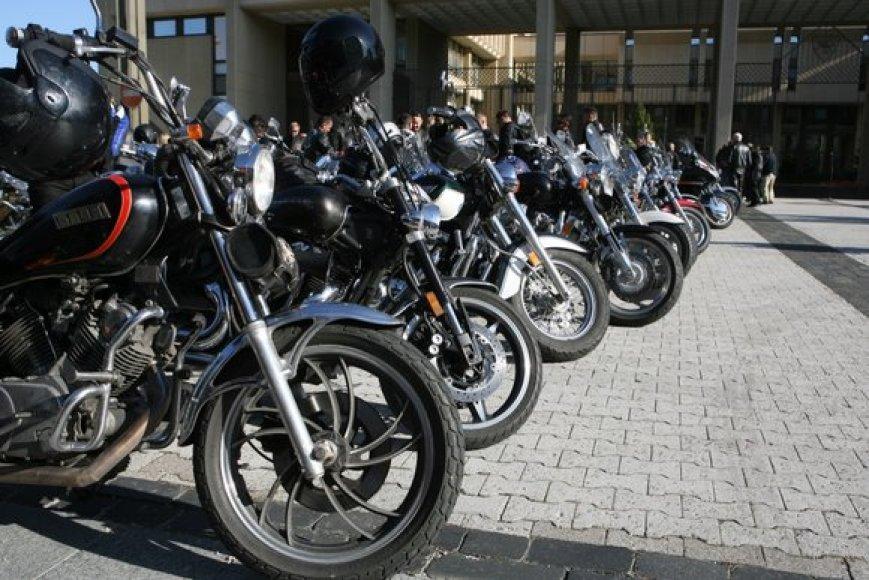 """Šeštadienio rytą prie Seimo gaudė motociklų motorai – link Estijos sostinės Talino""""Baltijos keliu"""" pajudėjo minia ratuotų raitelių."""
