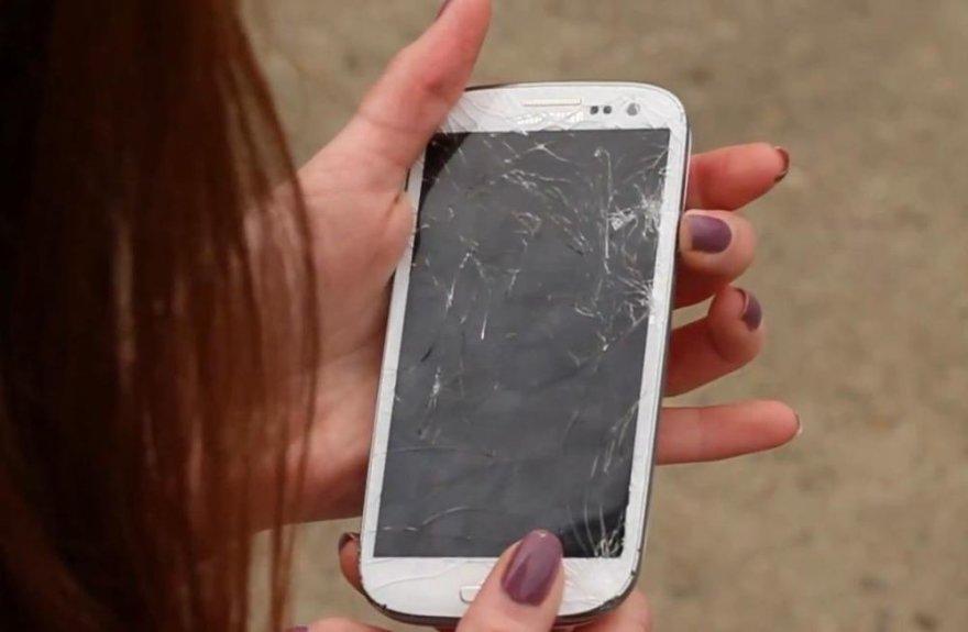"""""""Samsung Galaxy S3"""" telefonui nukritus ant žemės priekine dalimi jo ekraną dengiantis apsauginis stiklas suskilinėjo."""