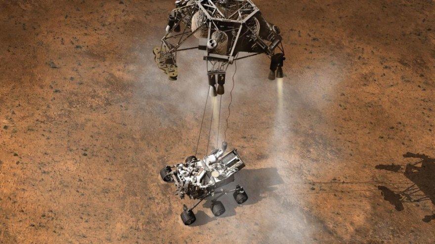 """Maždaug taip turėjo atrodyti marsaeigio """"Curiosity"""" nusileidimas Marse."""