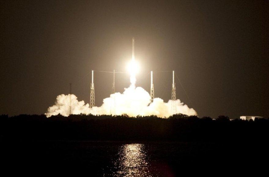 """JAV bendrovės """"SpaceX"""" raketa nešėja """"Falcon 9"""" iškėlė į orbitą krovininę kapsulę """"Dragon"""""""