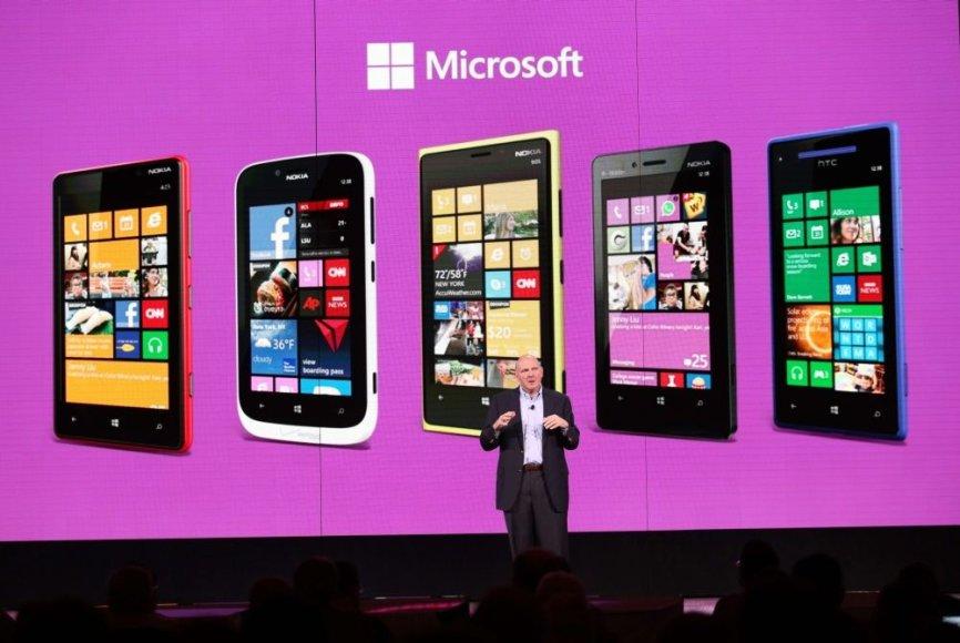 """""""Microsoft"""" generalinis direktorius Steve'as Ballmeris ir """"Windows Phone 8"""" telefonų šeima."""