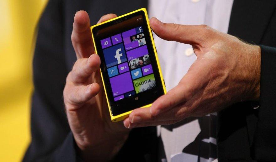 """""""Microsoft"""" generalinis direktorius Steve'as Ballmeris demonstruoja """"Nokia Lumia 920"""" telefoną, kuriame įdiegta """"Windows Phone 8"""" operacinė sistema."""