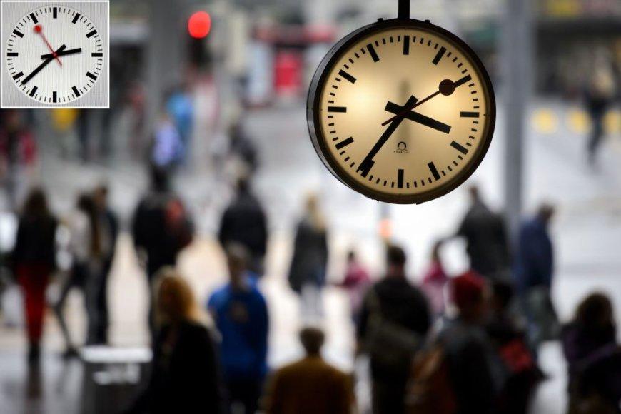 """""""Apple"""" mobiliuosiuose įrenginiuose esančios laikrodžio aplikacijos (kairėje viršuje) išvaizda – kone identiška Šveicarijos traukinių stočių laikrodžiams."""