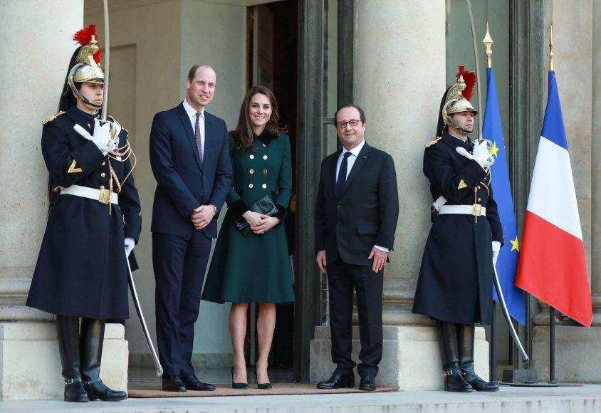 """""""Scanpix""""/""""SIPA"""" nuotr./Princas Williamas ir hercogienė Catherine su Prancūzijos prezidentu Francois Hollande'u"""