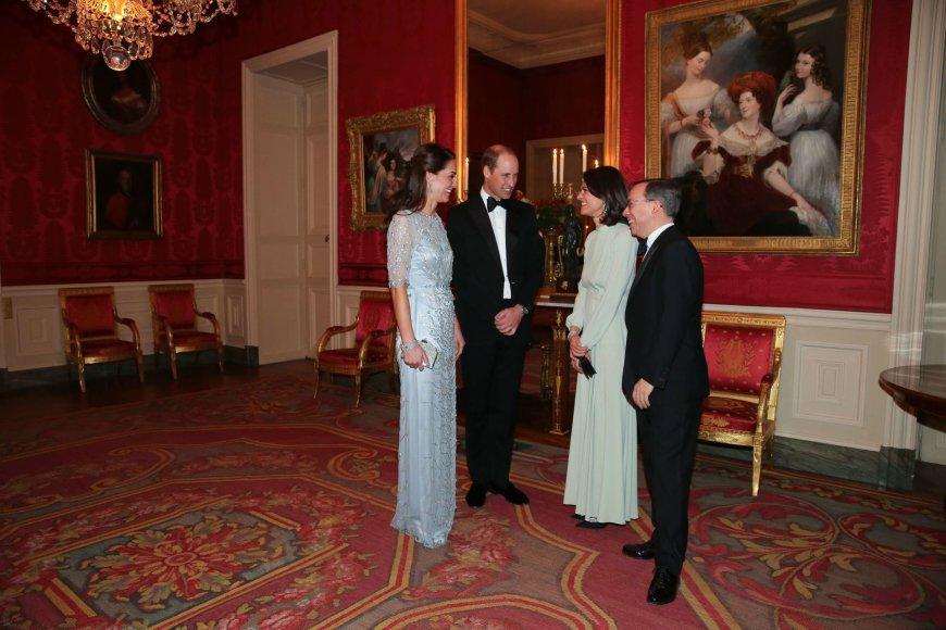 """""""Scanpix"""" nuotr./Princas Williamas ir hercogienė Catherine Didžiosios Britanijos ambasadoje Paryžiuje"""