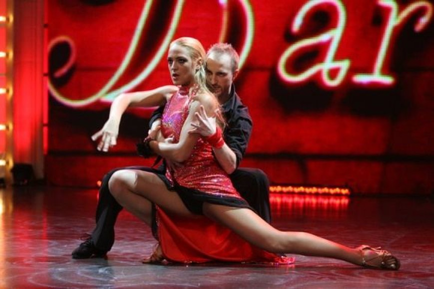 """""""Tu gali šokti"""" dalyviai Aušra ir Gintaras atliko tango."""