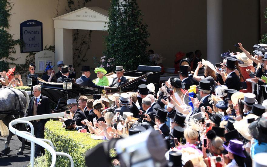 """""""Scanpix"""" nuotr./Karalienė Elizabeth II ir princas Philipas Askoto žirgų lenktynėse šį antradienį"""