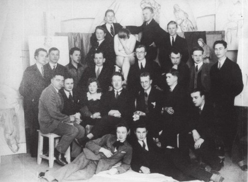 Justinas Vienožinskis su mokiniais privačioje studijoje (apie 1930-1932 m.)