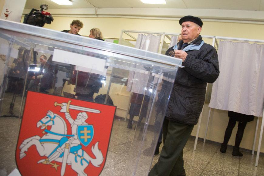 Juliaus Kalinsko / 15min nuotr./Vilniečiai balsuoja Seimo rinkimuose.