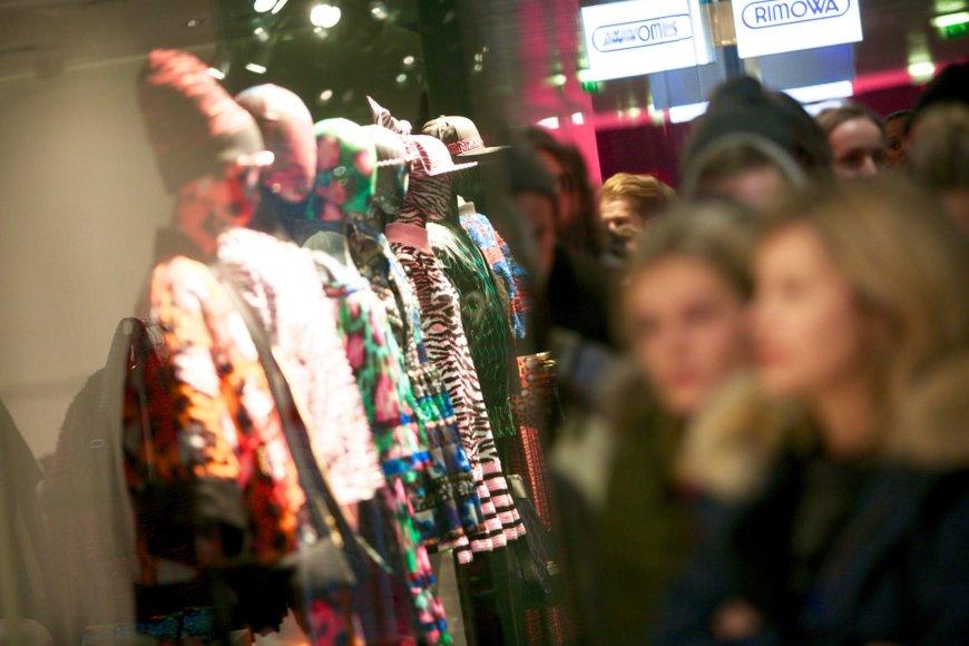 """Juliaus Kalinsko / 15min nuotr./Vilniuje pradėta prekiauti """"Kenzo x H&M"""" kolekcijos drabužiais"""