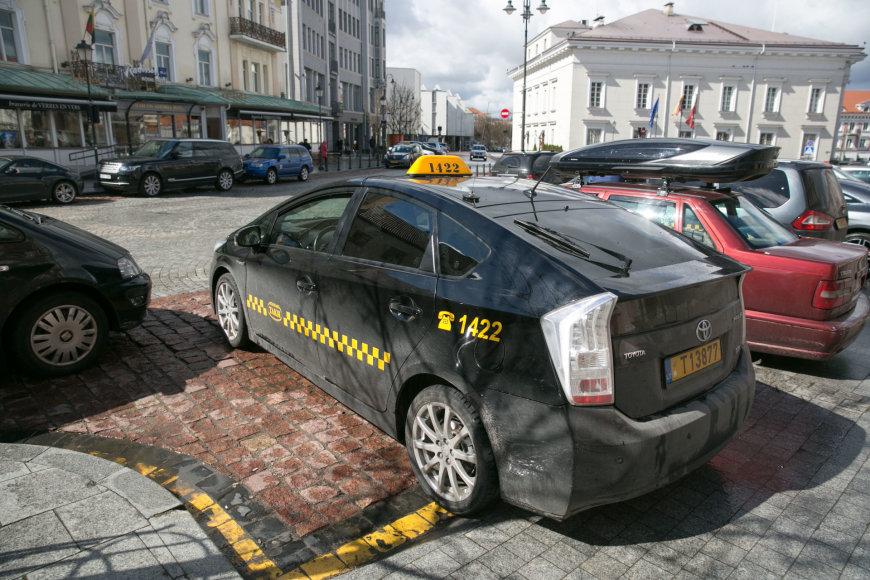 Juliaus Kalinsko / 15min nuotr./Taksi automobiliai prie Šv. Kazimiero bažnyčios